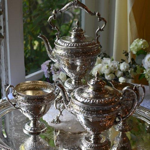1877年・スターリングシルバー・バラのスワッグ模様とぺデストールの豪華絢爛ティーサーヴィス&ティーケトル(送料込)