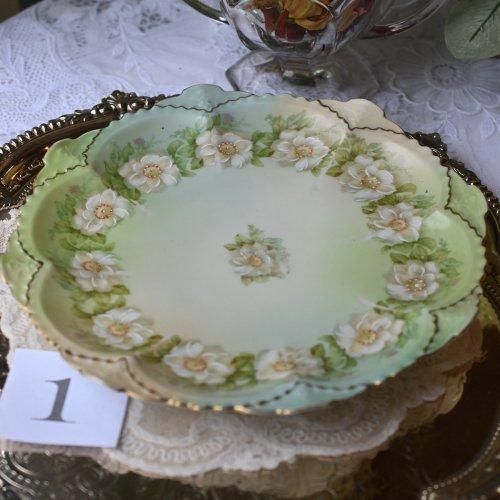 オーストリア製 金彩と淡いグリーンと白い手描きのお花模様がエレガントなデザートプレート 単品 訳あり(送料込)