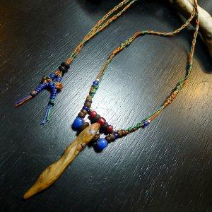 ブルーアゲートが目立つ流木ネックレス
