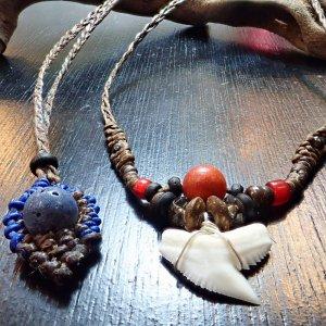 イタチザメとブルー&レッドコーラルの海の守り神ネックレス