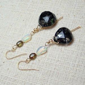 ブラックルチルと宝石質オパール高級ピアス