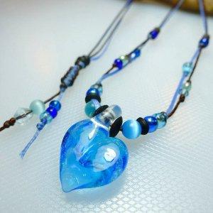 サンゴ入りハートのガラスネックレス(青)