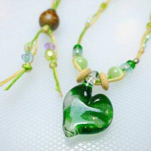 サンゴ入りハートのガラスネックレス(緑)
