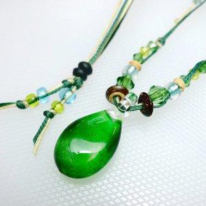 サンゴ入りしずくのガラスネックレス(緑)