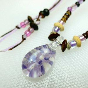 サンゴ入りしずくのガラスネックレス(紫)