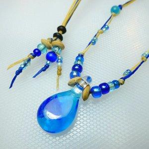 サンゴ入りしずくのガラスネックレス(青)