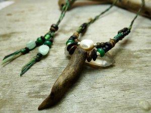つの流木と夜光貝のデザインネックレス