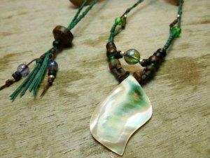 夜光貝とオーラクリスタルのデザインネックレス