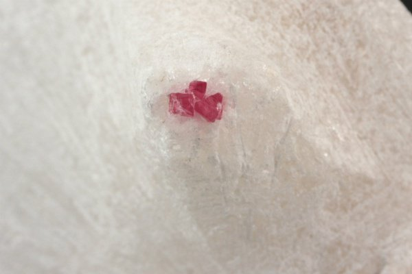 レッドスピネル 結晶 母岩付き 82g