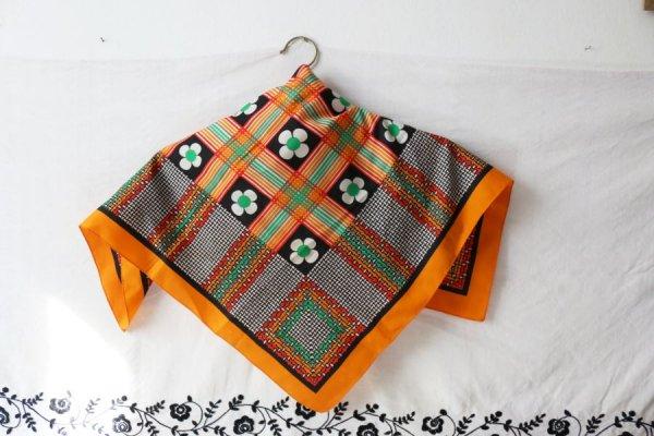 白いスミレとカラフルな織り模様のスカーフ