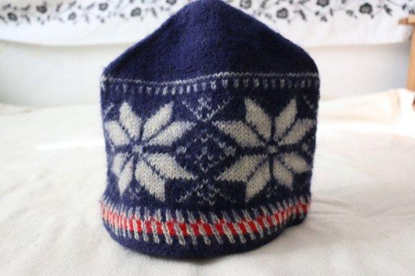白い星の手編みキャップ