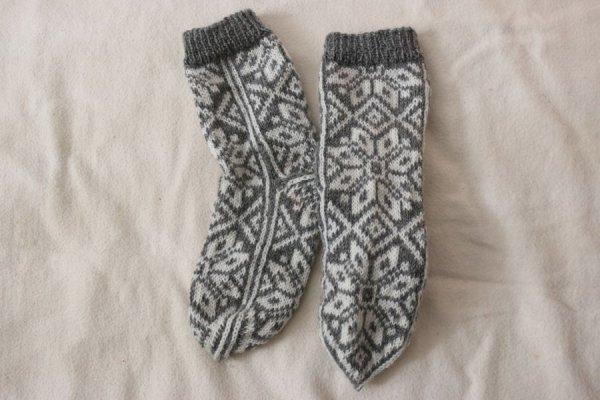 白い星とクロスの手編み靴下