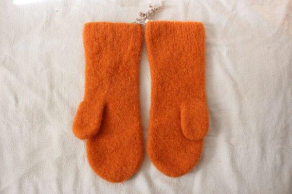 オレンジの手編みミトン