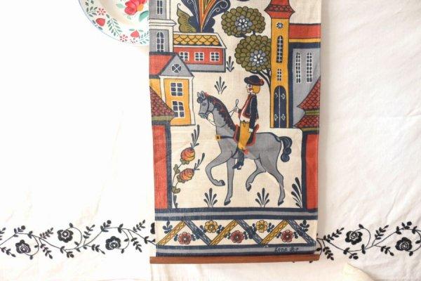 中世の街並みと馬にのる少年のタペストリー