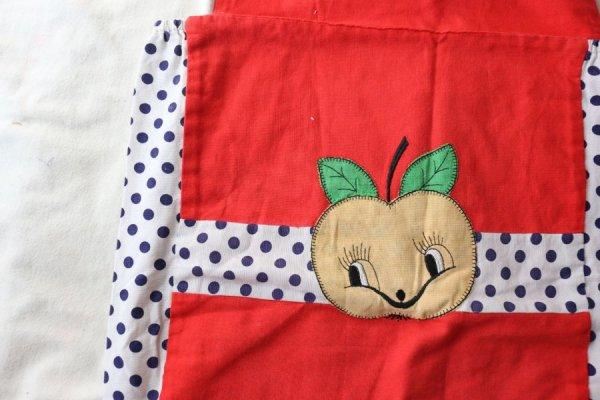 リンゴのアップリケつきフォールポケット