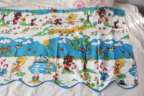 遊ぶクマの子供たちのカーテン