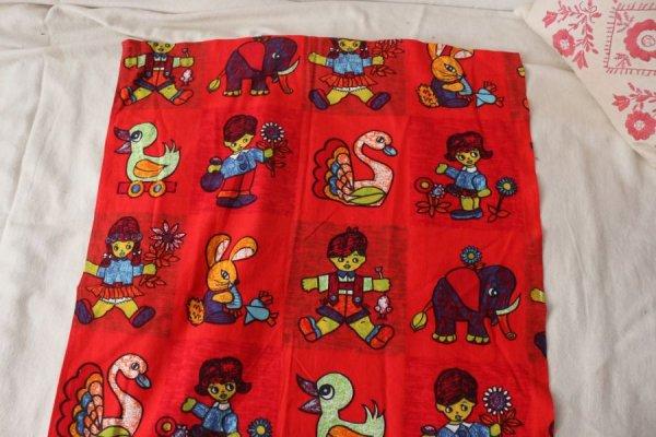 子どもたちとおもちゃのカーテン