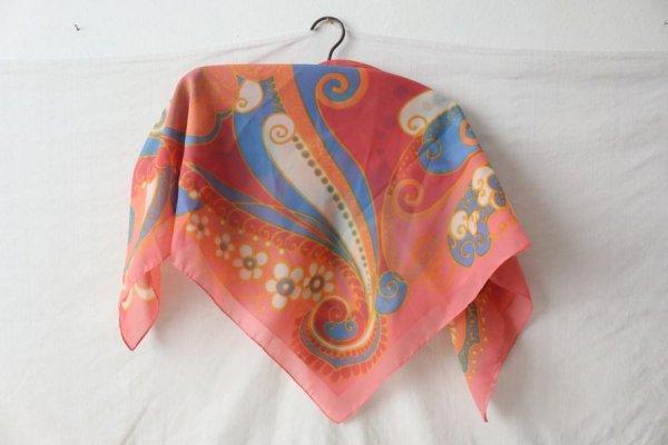 ひなぎくと渦巻き、唐草模様のスカーフ