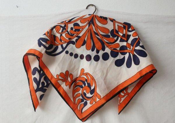 オレンジと紺の菊のスカーフ