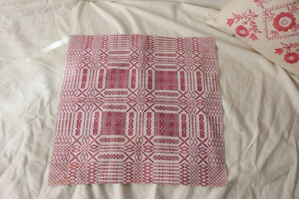 ローズピンクの幾何学模様の織りのクロス
