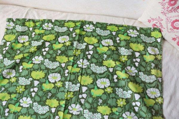 初夏のグリーンのお花畑のカーテン