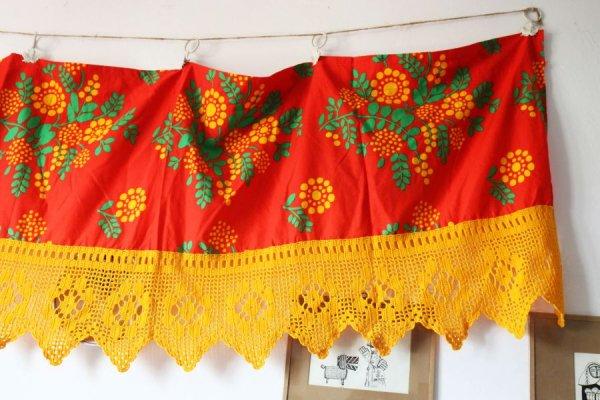 山吹色のドットの実と花のカーテン