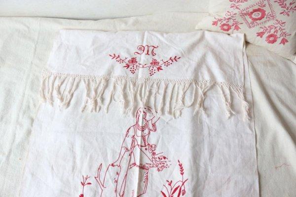 中世の衣装の女性とモノグラムのタペストリー