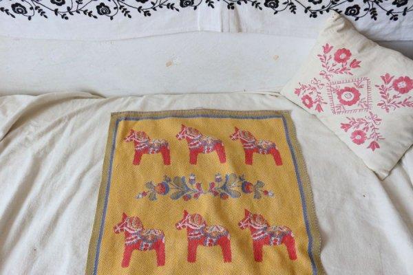 赤い馬とフォークロア調花模様のタペストリー