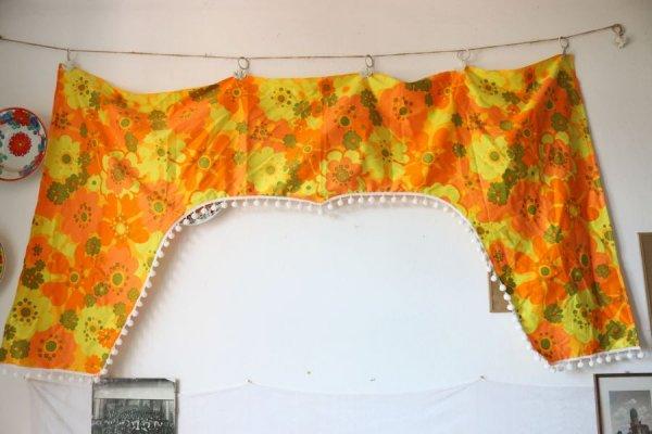 オレンジのハイビスカスの窓枠型カーテン