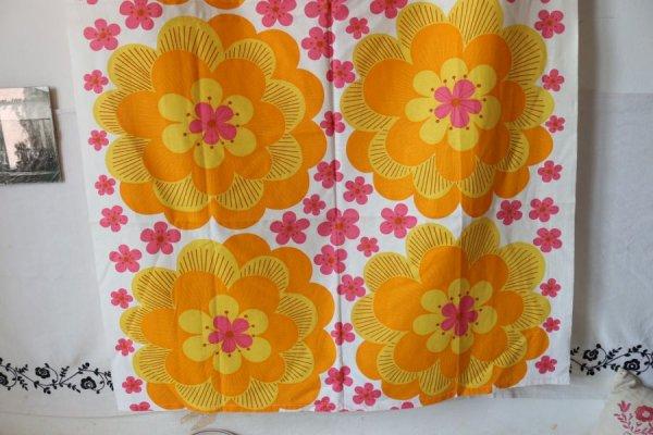 黄色とピンクのバラのカーテン