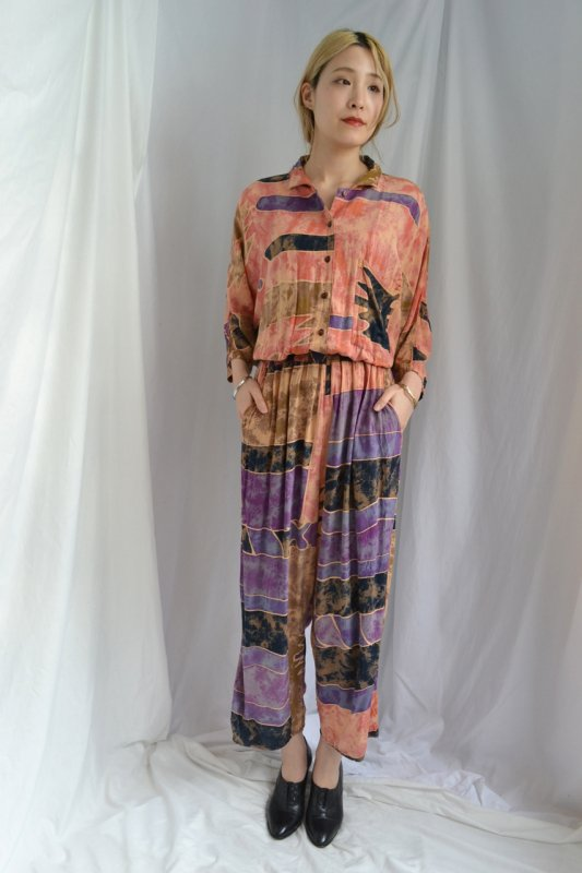 <img class='new_mark_img1' src='http://lara-vintage.shop-pro.jp/img/new/icons8.gif' style='border:none;display:inline;margin:0px;padding:0px;width:auto;' />Vintage ethnic print jump suit