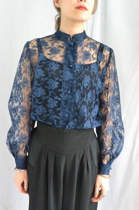 <img class='new_mark_img1' src='http://lara-vintage.shop-pro.jp/img/new/icons8.gif' style='border:none;display:inline;margin:0px;padding:0px;width:auto;' />Vintage navy lace stand collar blouse