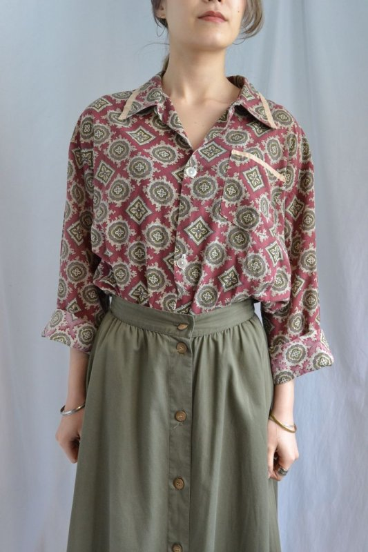 <img class='new_mark_img1' src='http://lara-vintage.shop-pro.jp/img/new/icons8.gif' style='border:none;display:inline;margin:0px;padding:0px;width:auto;' />Paisley pattern vintage blouse
