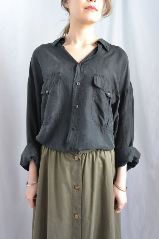<img class='new_mark_img1' src='http://lara-vintage.shop-pro.jp/img/new/icons8.gif' style='border:none;display:inline;margin:0px;padding:0px;width:auto;' />Vintage black color over size silk blouse