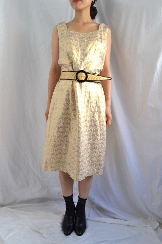 <img class='new_mark_img1' src='https://lara-vintage.shop-pro.jp/img/new/icons8.gif' style='border:none;display:inline;margin:0px;padding:0px;width:auto;' />Vintage gold brocade sleeveless dress