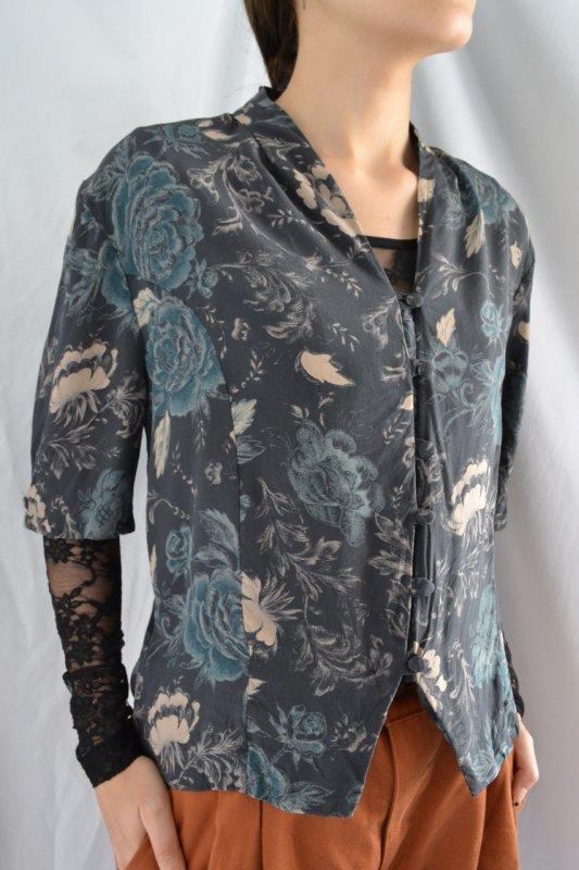 <img class='new_mark_img1' src='https://lara-vintage.shop-pro.jp/img/new/icons50.gif' style='border:none;display:inline;margin:0px;padding:0px;width:auto;' />Vintage flower pattern silk blouse