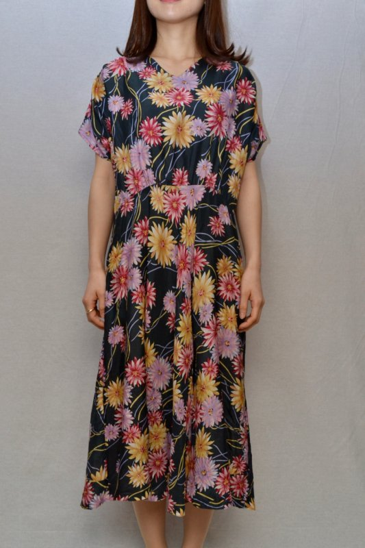 <img class='new_mark_img1' src='https://img.shop-pro.jp/img/new/icons50.gif' style='border:none;display:inline;margin:0px;padding:0px;width:auto;' />Flower pattern vintage silk dress