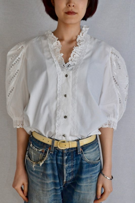 <img class='new_mark_img1' src='https://img.shop-pro.jp/img/new/icons50.gif' style='border:none;display:inline;margin:0px;padding:0px;width:auto;' />Vintage white lace tyrol blouse