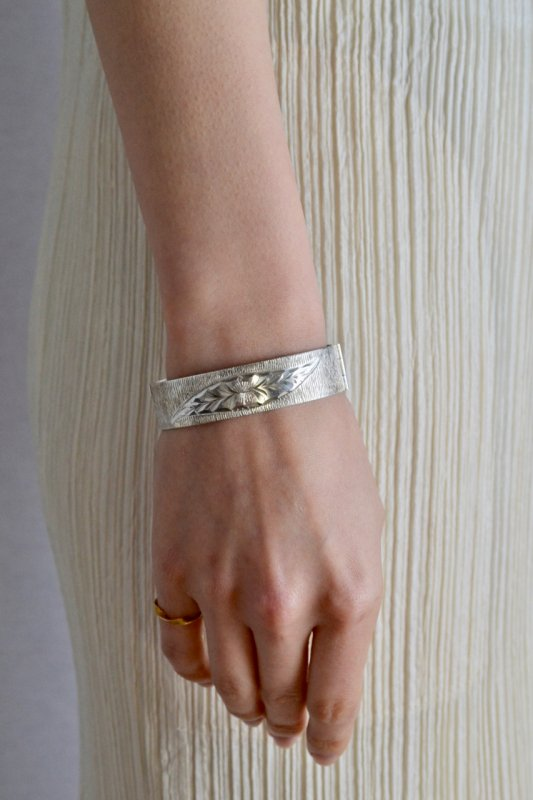 <img class='new_mark_img1' src='https://img.shop-pro.jp/img/new/icons50.gif' style='border:none;display:inline;margin:0px;padding:0px;width:auto;' />British vintage silver bangle 1