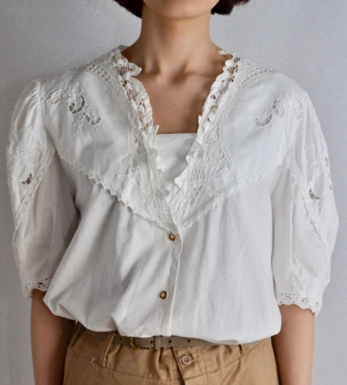 <img class='new_mark_img1' src='https://img.shop-pro.jp/img/new/icons50.gif' style='border:none;display:inline;margin:0px;padding:0px;width:auto;' />Vintage batten lace tyrol blouse