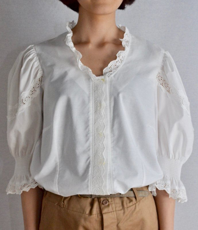 <img class='new_mark_img1' src='https://img.shop-pro.jp/img/new/icons50.gif' style='border:none;display:inline;margin:0px;padding:0px;width:auto;' />Vintage cotton lace design tyrol blouse