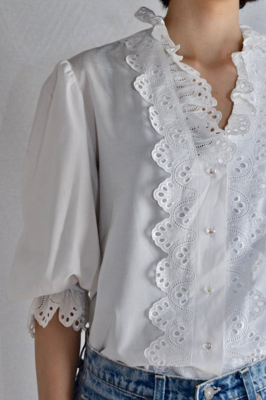 <img class='new_mark_img1' src='https://img.shop-pro.jp/img/new/icons50.gif' style='border:none;display:inline;margin:0px;padding:0px;width:auto;' />Vintage cut work lace tyrol blouse