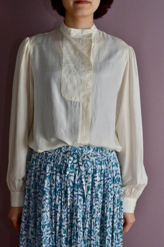 <img class='new_mark_img1' src='https://img.shop-pro.jp/img/new/icons50.gif' style='border:none;display:inline;margin:0px;padding:0px;width:auto;' />Vintage stand collar design blouse