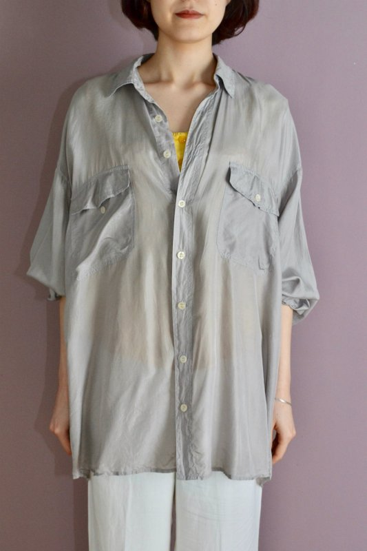 <img class='new_mark_img1' src='https://img.shop-pro.jp/img/new/icons8.gif' style='border:none;display:inline;margin:0px;padding:0px;width:auto;' />Vintage light gray over size silk shirt