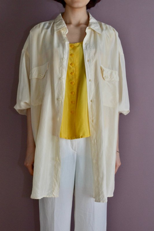 <img class='new_mark_img1' src='https://img.shop-pro.jp/img/new/icons8.gif' style='border:none;display:inline;margin:0px;padding:0px;width:auto;' />Vintage ivory over size silk shirt