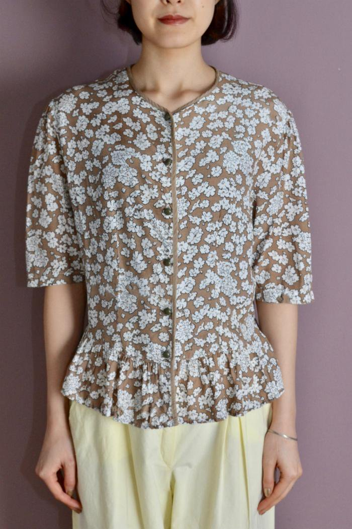 <img class='new_mark_img1' src='https://img.shop-pro.jp/img/new/icons8.gif' style='border:none;display:inline;margin:0px;padding:0px;width:auto;' />Vintage white flower blouse