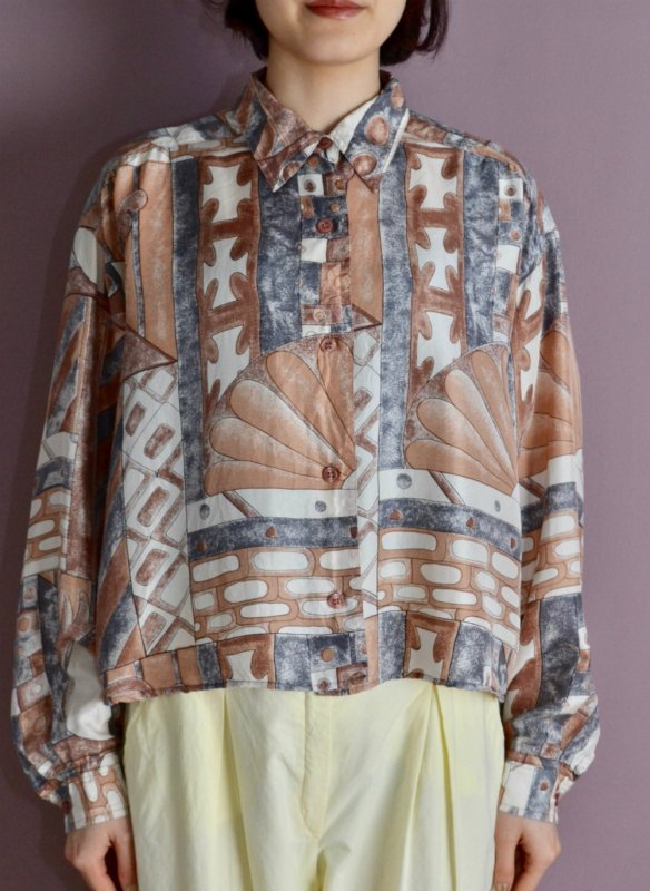 <img class='new_mark_img1' src='https://img.shop-pro.jp/img/new/icons8.gif' style='border:none;display:inline;margin:0px;padding:0px;width:auto;' />Vintage hand paint print silk short blouse