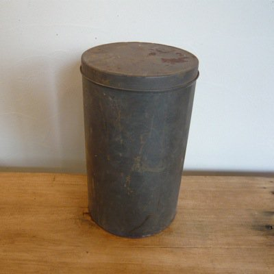 古い鉄の丸缶
