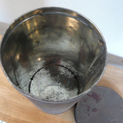 古い鉄の丸缶 2