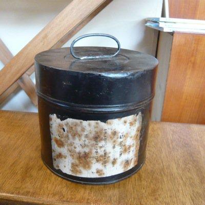 古い鉄の缶 ラベル付き